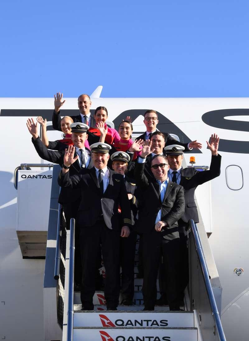 由紐約直飛雪梨的航班平安落地,機組人員和乘客受到熱烈歡迎