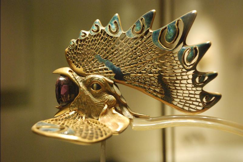 龔遵慈認為,創作者太過模仿細節那便匠氣十足脫離創作,但若太過天馬行空便又讓觀者無法產生連結、無法營造感受;圖為Lalique的頭飾作品(圖 / Antonio@wikipedia)