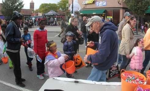 每年的萬聖夜是許多西方小朋友上街討糖果的重要日子。(AP)