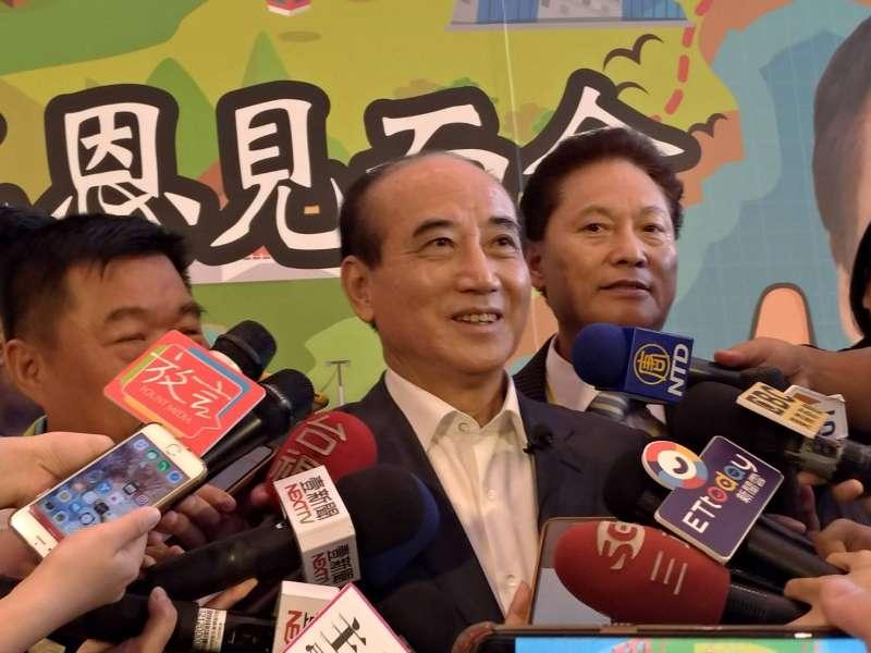 郭台銘邀請立法院前院長王金平(中)擔任神秘嘉賓。(圖/徐炳文攝)
