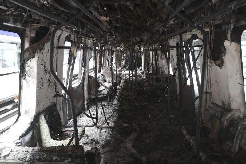 智利爆發大規模抗爭,示威者縱火焚燒地鐵車廂。(AP)