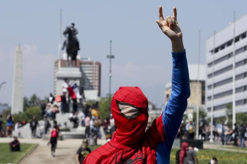 智利連日爆發大規模抗爭,首都聖地牙哥進入緊急狀態。(AP)
