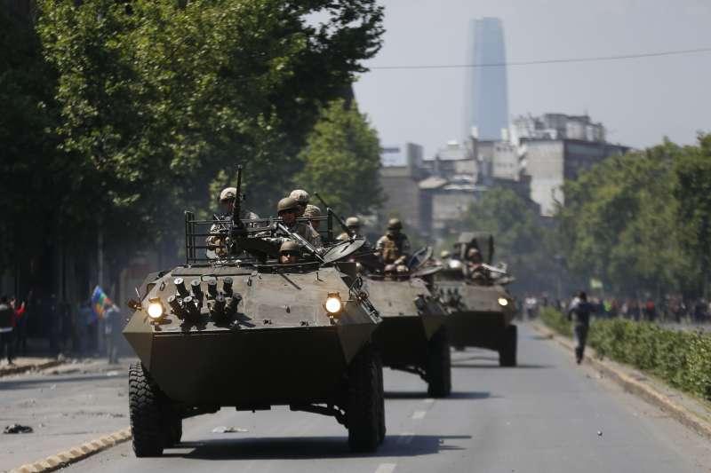 智利連日爆發大規模抗爭,軍方荷槍實彈在街頭巡邏。(AP)