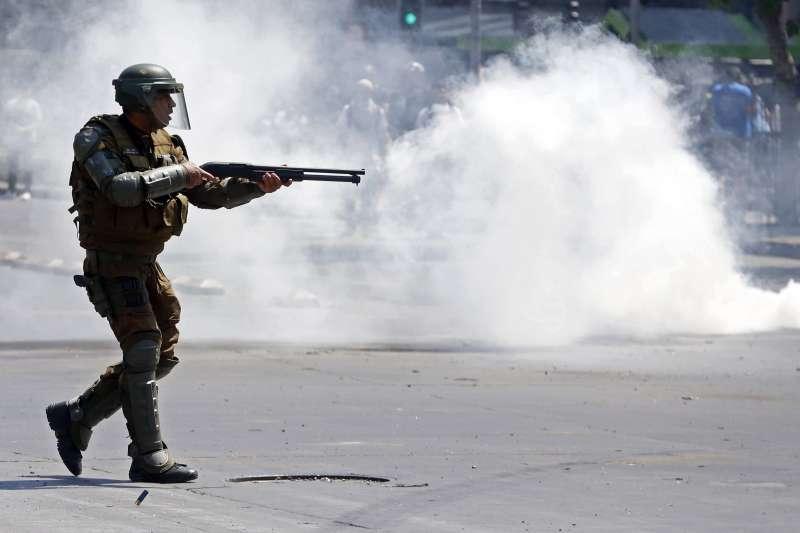 智利爆發大規模抗爭,警方對示威者發射橡膠子彈。(AP)