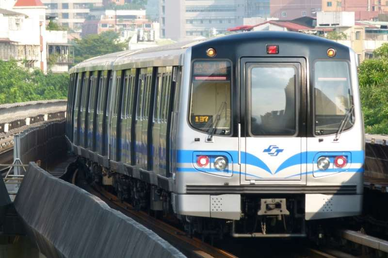 台北地區完善的捷運系統創造極度便利的大眾運輸環境,與南部習慣自駕的生活方式截然不同。(圖/Cheng-en Cheng@Flickr)