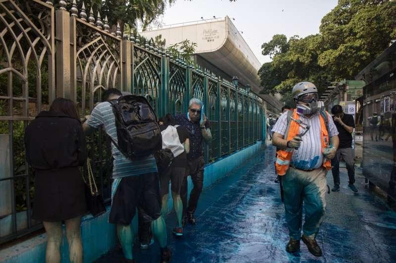 香港反送中示威:九龍清真寺遭警方水砲車直射。(AP)