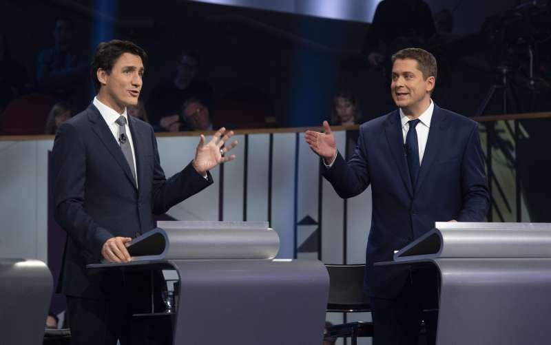 2019年加拿大國會大選登場,總理杜魯道(左)領軍的自由黨與謝爾(右)帶領的保守黨形成拉鋸。(AP)