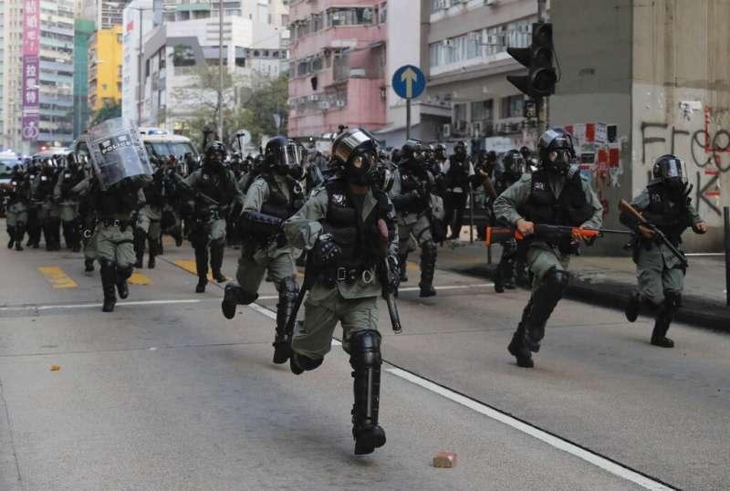 香港警察在街頭鎮壓追捕反送中的抗爭民眾。(美聯社)