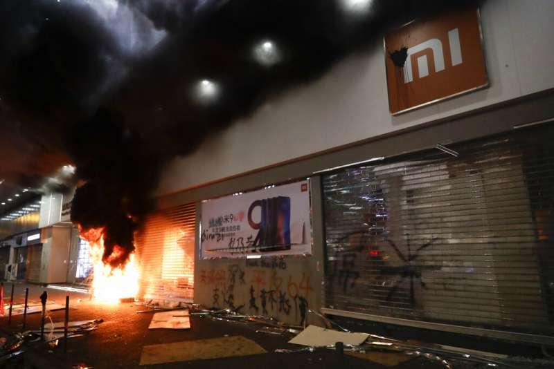 香港許多中國企業的店面遭到反送中抗爭者的破壞或焚燒。(美聯社)