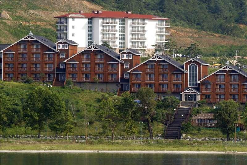 面向日本海的北韓金剛山國際觀光特別區,金剛山是高度僅次於長白山的北韓名山。(美聯社)