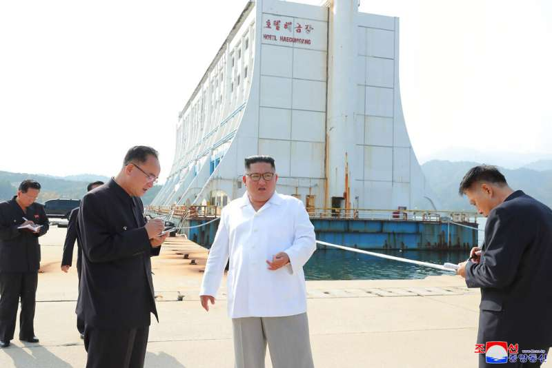 金正恩視察金剛山國際觀光特別區,抱怨園區荒廢之外,還有許多不符北韓美學的糟糕「南方建築」。(美聯社)