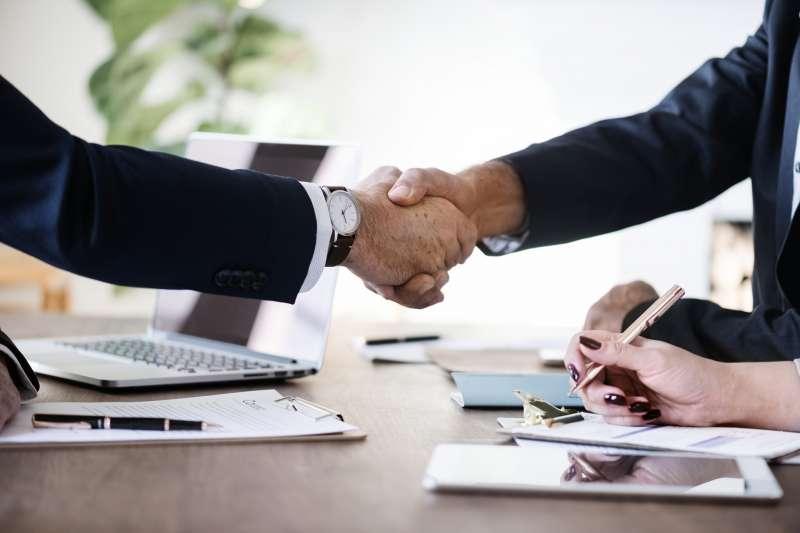 如果有其他面試者,可以面試結束後與他們握手致意。(圖/取自pixabay)
