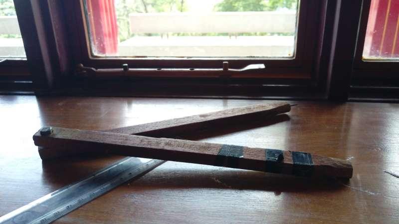製作壇城的木頭圓規和鐵尺。圖/作者提供