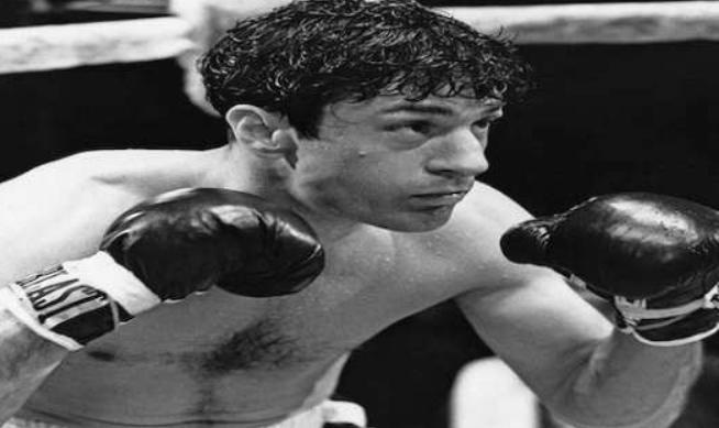勞勃.狄尼洛為了演出《蠻牛》中拳擊手的角色,練就一身厚實的肌肉,之後演出拳擊手的退休生涯又立即增重二十公斤(圖/取自IMDB)