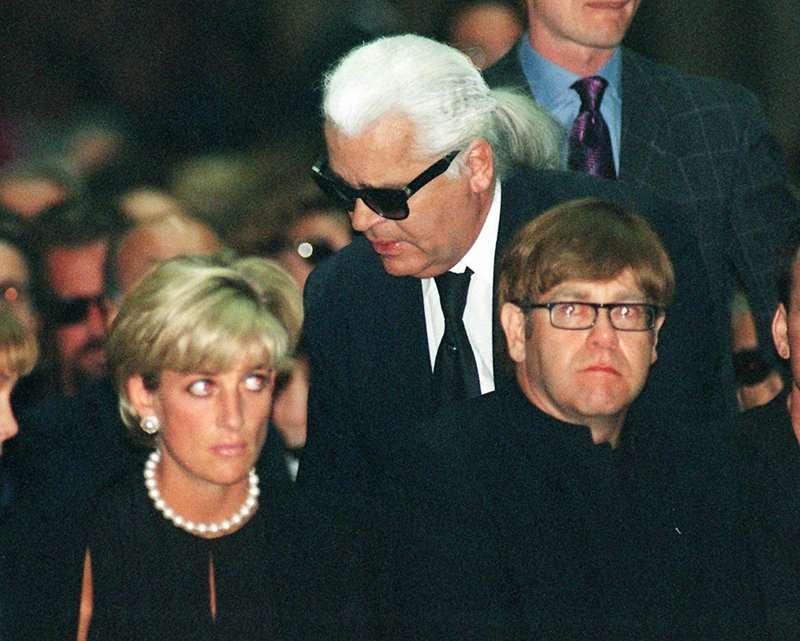 1997年7月英國黛安娜王妃與傳奇歌手艾爾頓強出席吉安尼凡賽斯的葬禮。(AP)