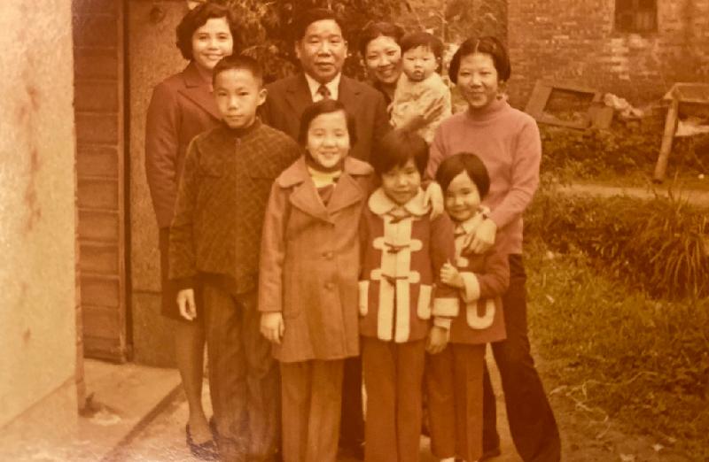 前排左起為作者四兄妹:尹乃熾、尹乃馨、尹乃芸、尹乃菁。後排右一小堂姑尹玉,右二堂姑尹麗抱著她的長子陳君毅。(作者提供)