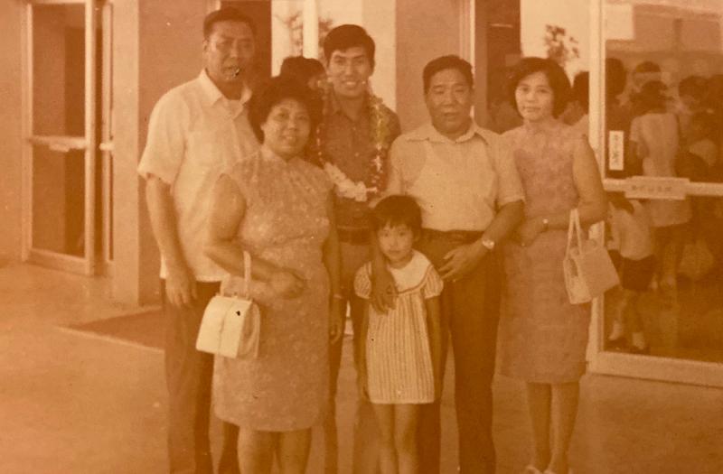 早年出國留學是大事,圖為作者幼時和父親(右二)母親(右一),送瑞琴大姨娘(左二) 長子歐陽小平(左三)赴美。(作者提供)