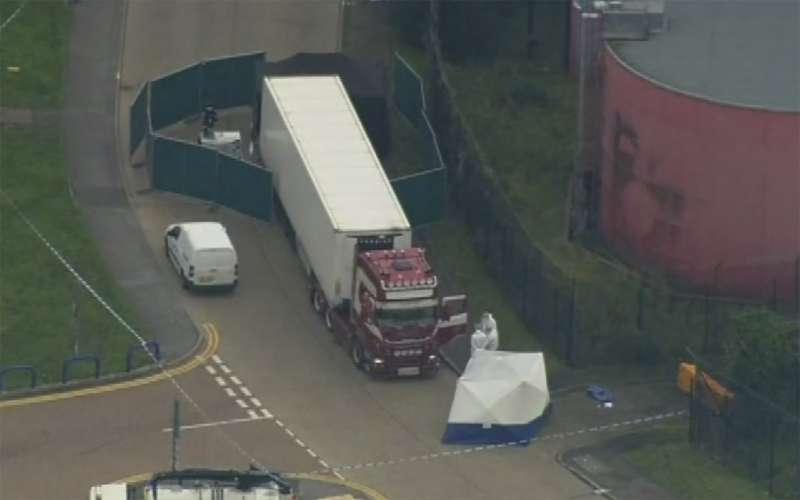 英國東南部艾塞克斯郡23日驚傳,來自東南歐國家保加利亞的一輛貨櫃車上藏有39具遺體(AP)