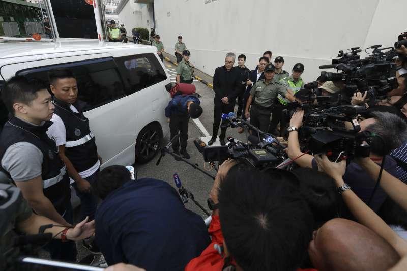 20191023-港女命案兇嫌陳同佳23日上午9時出獄,眾多媒體在外守候。陳同佳接受訪問時向社會鞠躬道歉。(美聯社 AP)