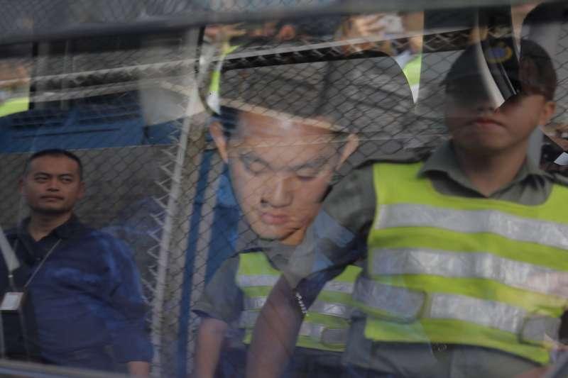 20191023-港女命案兇嫌陳同佳23日上午9時出獄,香港聖公會教省秘書長管浩鳴到西貢壁屋監獄接陳同佳,陳發表簡短談話後,坐管浩鳴的車離開。(美聯社 AP)
