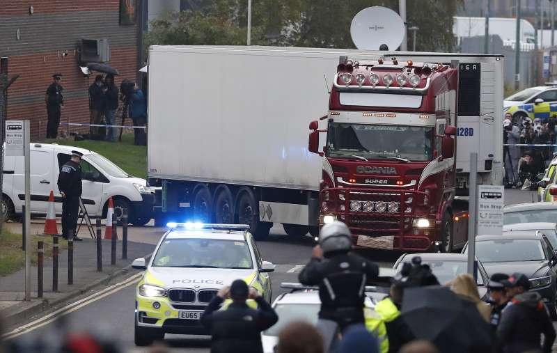 英國東南部艾塞克斯郡23日驚傳,來自保加利亞的一輛貨櫃車上藏有39具遺體(AP)