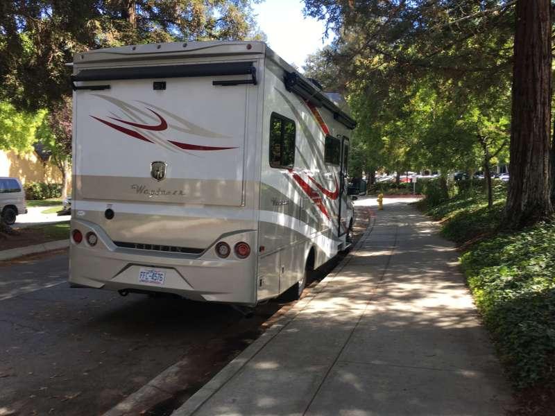 公司外面有時停著員工的露營車,這不是渡假而是長期的生活方式。(圖片來源 : 鱸魚)
