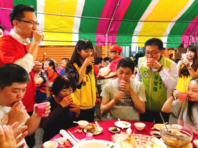 20191024-許智傑23日在臉書發布照片,與時力市議員黃捷、民進黨市議員林智鴻共同跑場,更強調3人是「鳳山黃綠紅」。(取自許智傑官方臉書)