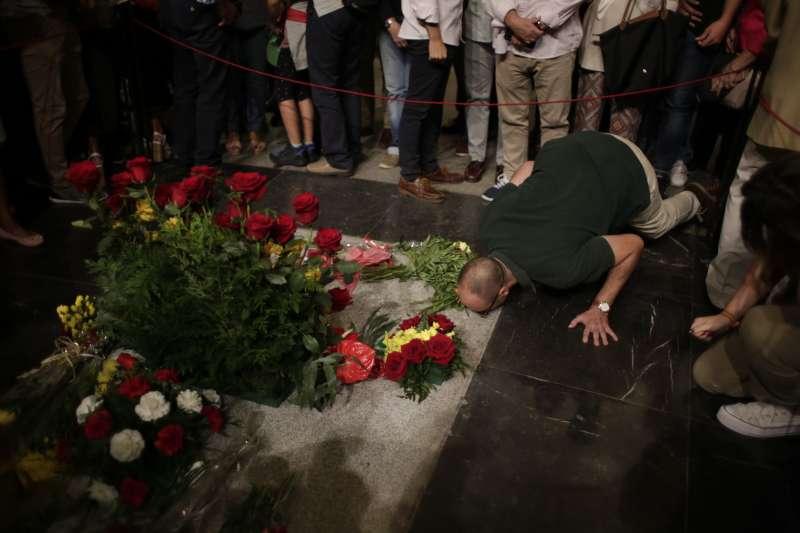 至今仍有許多崇拜者前往佛朗哥的墓地憑弔。(AP)
