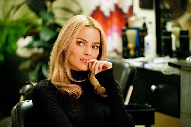 瑪格羅比為了飾演女星莎朗蒂也做足了功課,不僅看遍了與莎朗蒂相關的書和電影,更與莎朗蒂的妹妹黛博拉接觸,試圖更透徹地了解她要詮釋的角色。(圖/取自IMDb)