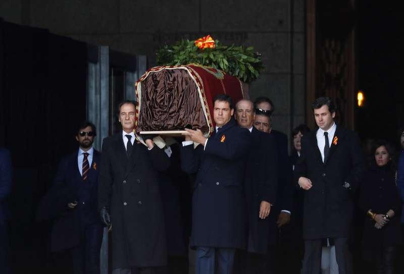 2019年10月24日,西班牙政府將已故獨裁者佛朗哥的遺骨遷出「烈士谷」的宏偉陵墓。(AP)