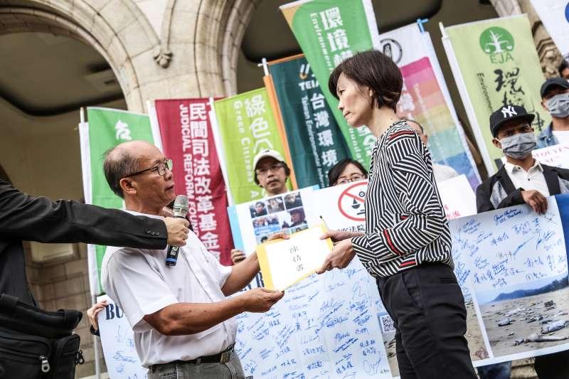 20191024-環境權保障基金會「台塑越鋼訴訟離譜駁回越南原告跨國抗告」記者會,原告代表遊行至司法院陳情,並遞交國際人權團體連署信。(簡必丞攝)