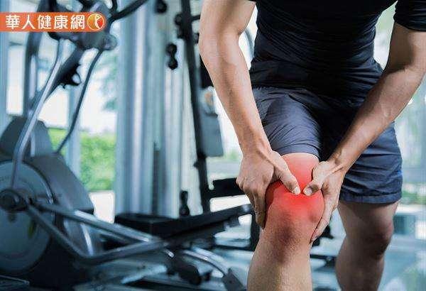 肌肉雖然拉長,但無法保持一定的張力去承受身體的重力加速度,當雙腳一落地時,雙膝關節就會承受重力加速度的衝擊力,造成關節損傷,甚至膝關節會直接撞到地面。圖/華人健康網