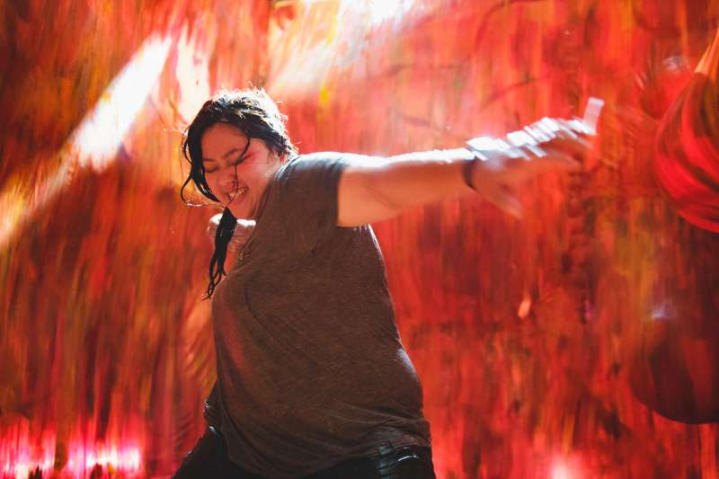 《大餓》電影場景中打架打贏的阿娟,象徵著戰勝心魔(圖/電影《大餓》粉專)