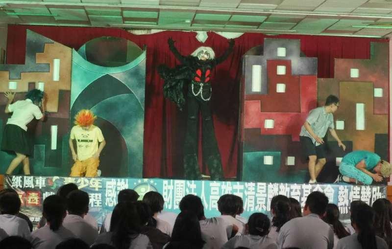 反毒戲劇「拯救浮士德」,引用中世紀浮士德出賣靈魂與魔鬼交易的故事,提醒青年學子吸毒者就類比「浮士德」。(圖/徐炳文攝)