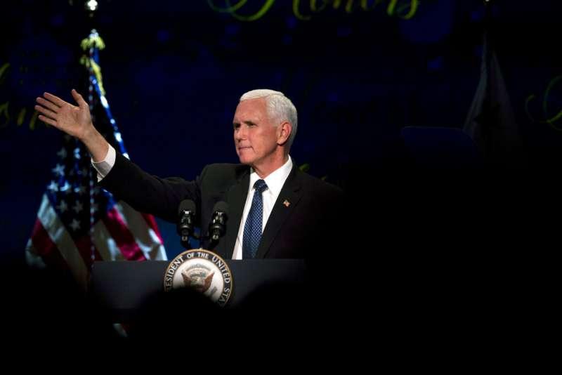 美國副總統彭斯24日在華府為智庫威爾遜中心(Wilson Center)首屆馬勒克公共服務領袖講座致詞。(美聯社)