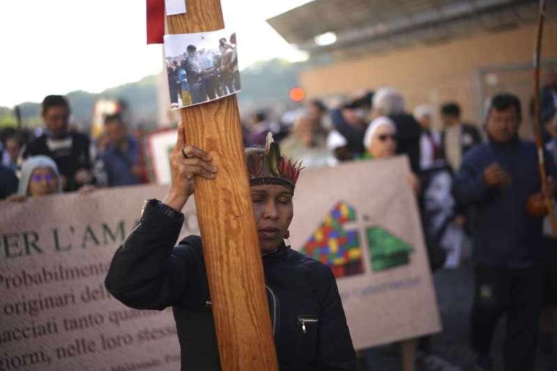 10月19日,亞馬遜原住民將木頭十字架抬到梵蒂岡(美聯社)