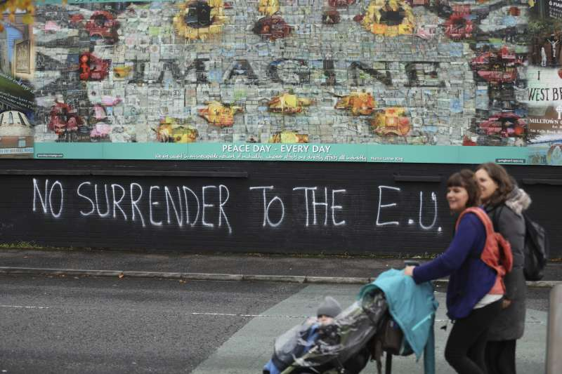 北愛爾蘭貝爾法斯特西部,支持脫歐的人留下塗鴉:「別對歐盟投降」。(AP)