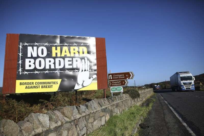 北愛爾蘭與愛爾蘭邊境附近的一條道路,有人豎起標語,反對在英國脫歐之後設立硬邊界。(AP)