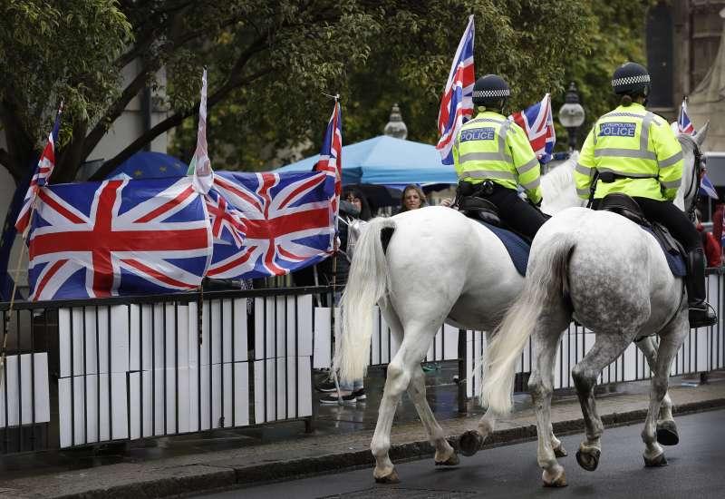 英國騎警走過一排英國國旗旁,英國脫歐。(AP)