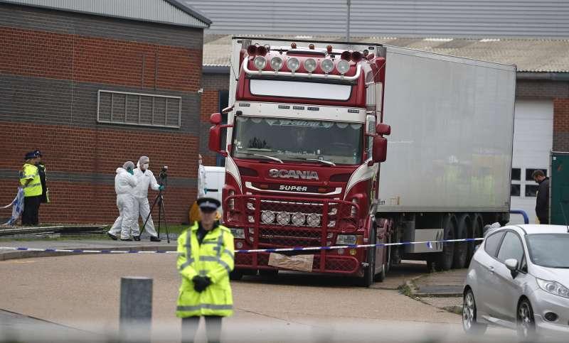 英國艾塞克斯郡破獲一輛冷凍貨櫃車上有39位凍死的非法移民,這39人初步調查為中國籍,但有越南家屬聲稱親人也在其中。(AP)