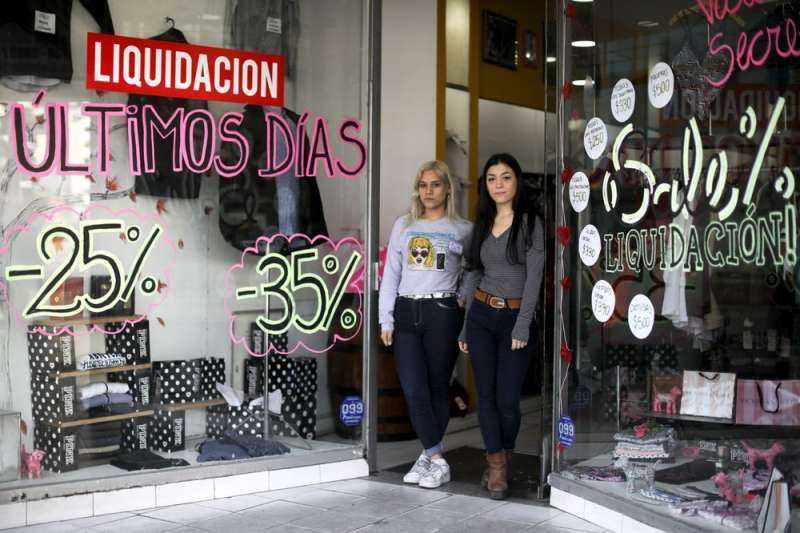 阿根廷民眾卡蜜莉雅‧迪‧西塞雷和索非亞‧康薩雷。(AP)