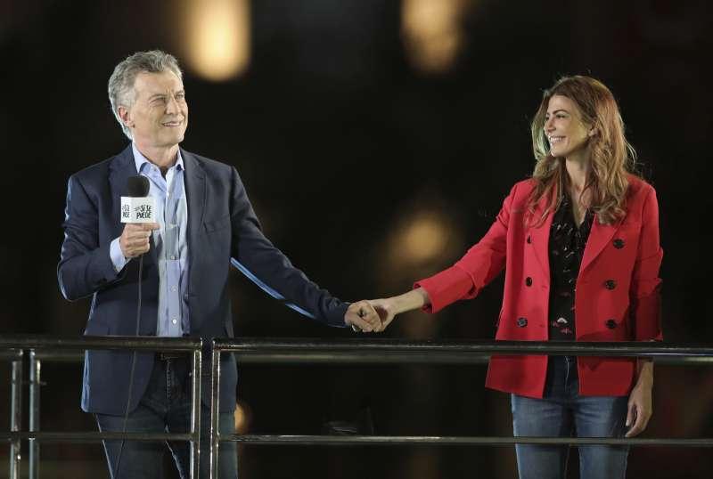 阿根廷現任總統馬克里(Mauricio Macri)與妻子。馬克里試圖在第二輪總統選舉扳回劣勢。(AP)