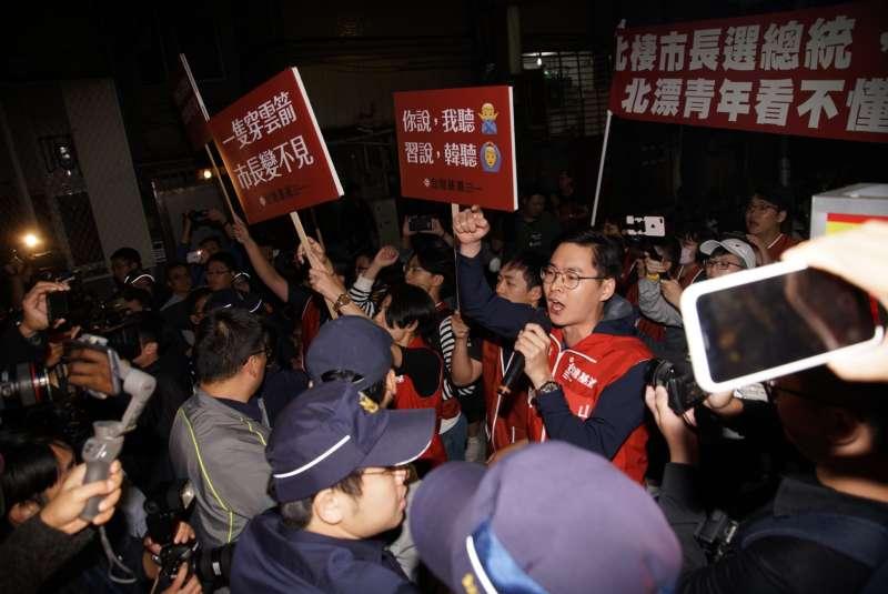 20191027-國民黨總統參選人韓國瑜27日出席青年政策論壇,基進黨人士於場外抗議。(盧逸峰攝)
