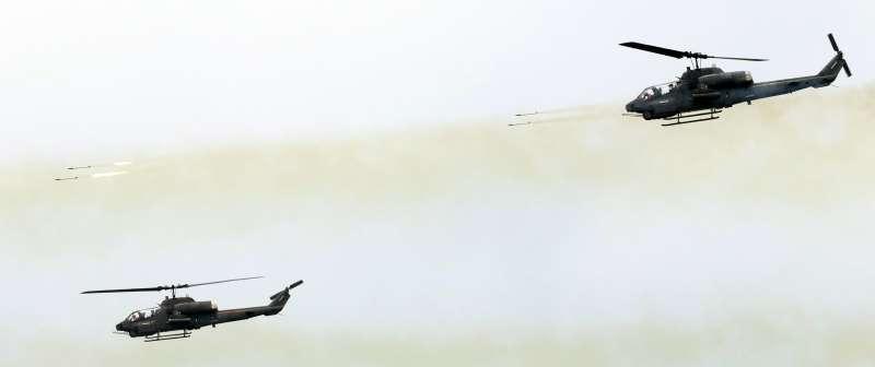 20191027-日前在宜蘭頭城發生老翁將撿拾回來的「鐵管」鋸短,卻遭到炸死的不幸消息,事後證實所謂的鐵管,實際上是2.75吋火箭的未爆彈。圖為陸航攻擊直升機發射火箭示意圖。(蘇仲泓攝)