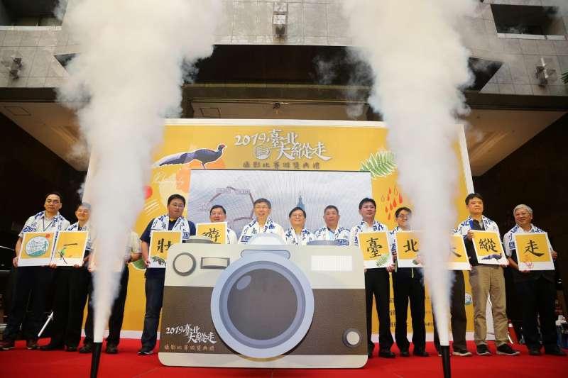 20191028-柯文哲頒獎表揚臺北大縱走攝影比賽得獎者。(取自台北市政府官網)