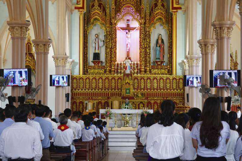 義安省安城縣一座教堂內27日舉辦彌撒,為39位英國貨櫃車慘案39位受害者禱告。(美聯社)