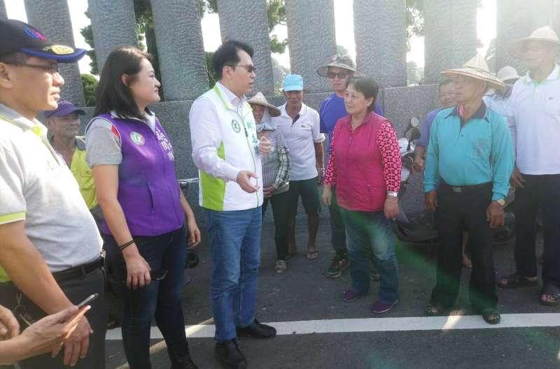 邱志偉(左前三)、市議員高閔琳(左前二)及水土保持局分局長傅桂霖(左前一),向農民說明農地排水建設工程。(圖/徐炳文攝)