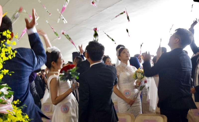 新人互動儀式時,每對新人往上拋出玫瑰花瓣,代表幸福飛揚(中鋼提供)