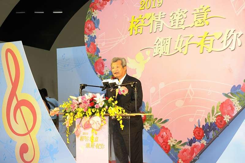 中鋼公司翁朝棟董事長為128對步入浪漫婚禮殿堂的新人們擔任證婚人,並為新人們祝福(中鋼提供)