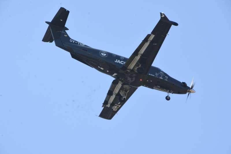 做為前導機的PC-21,反而還比較有誠意,選擇低空降落,讓航空迷們拍個夠。(作者提供)